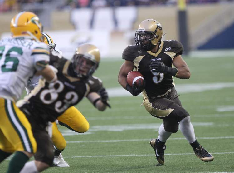 Manitoba Bisons Nick Demski (right) avoids a tackle.  (JOE BRYKSA / WINNIPEG FREE PRESS)