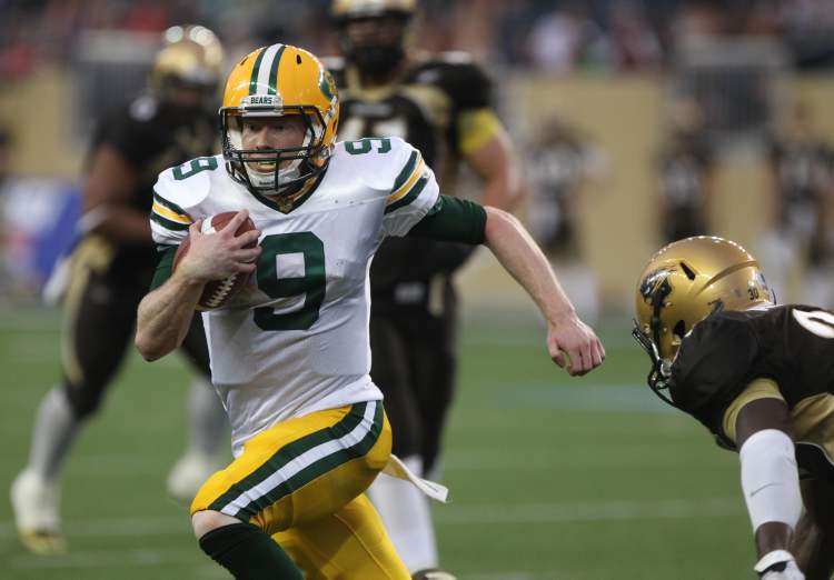University of Alberta Golden Bears QB Ryan Schwartz runs hard during first-half action. (JOE BRYKSA / WINNIPEG FREE PRESS)