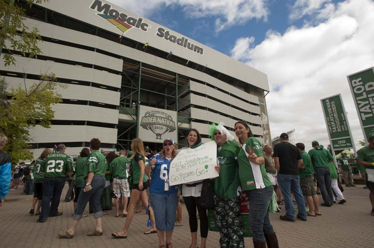 CFL fans show their colours prior to the Labour Day classic game between the Winnipeg Blue Bombers and the Saskatchewan Roughriders in Regina, Sask., Sunday, September 01, 2013. THE CANADIAN PRESS/Liam Richards (Liam Richards / The Canadian Press)