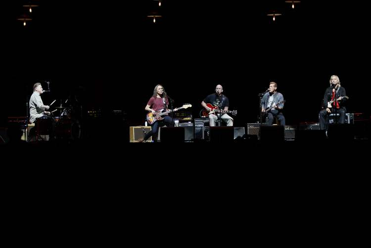 The Eagles perform at the MTS Centre. (John Woods / Winnipeg Free Press)