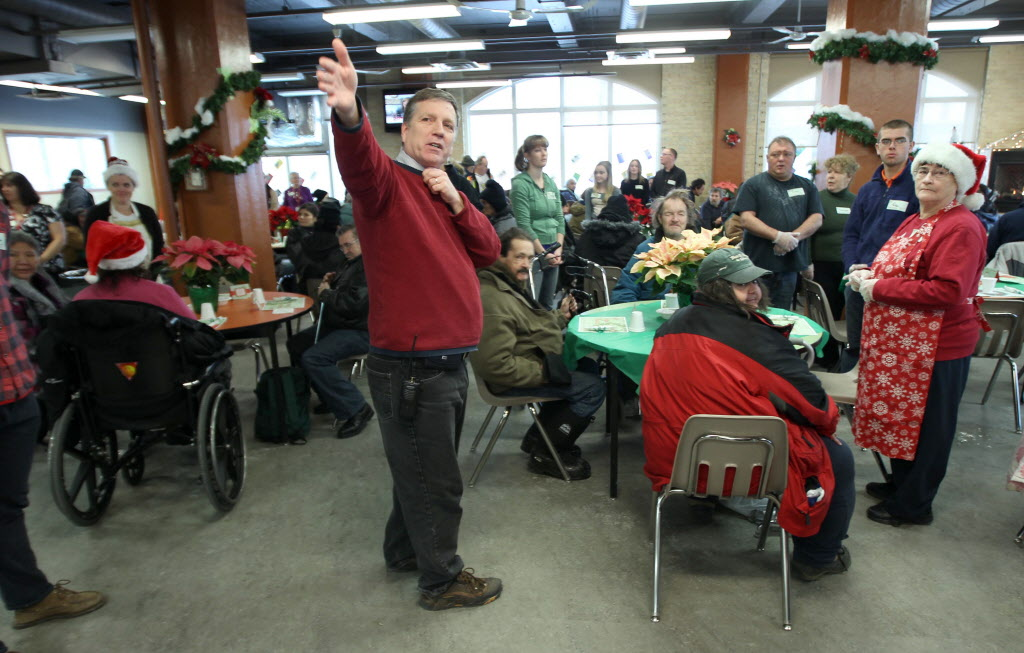 Siloam Misson executive director Floyd Perras welcomes all to Christmas Eve dinner at the Siloam Mission Tuesday. (JOE BRYKSA / WINNIPEG FREE PRESS)