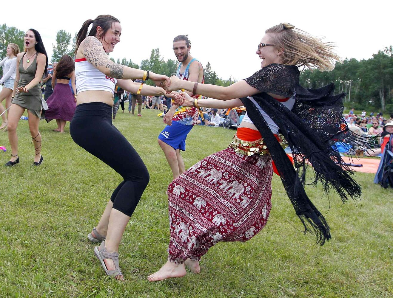 BORIS MINKEVICH / WINNIPEG FREE PRESS </p><P> Friends enjoy some dancing near the Main Stage Thursday evening.