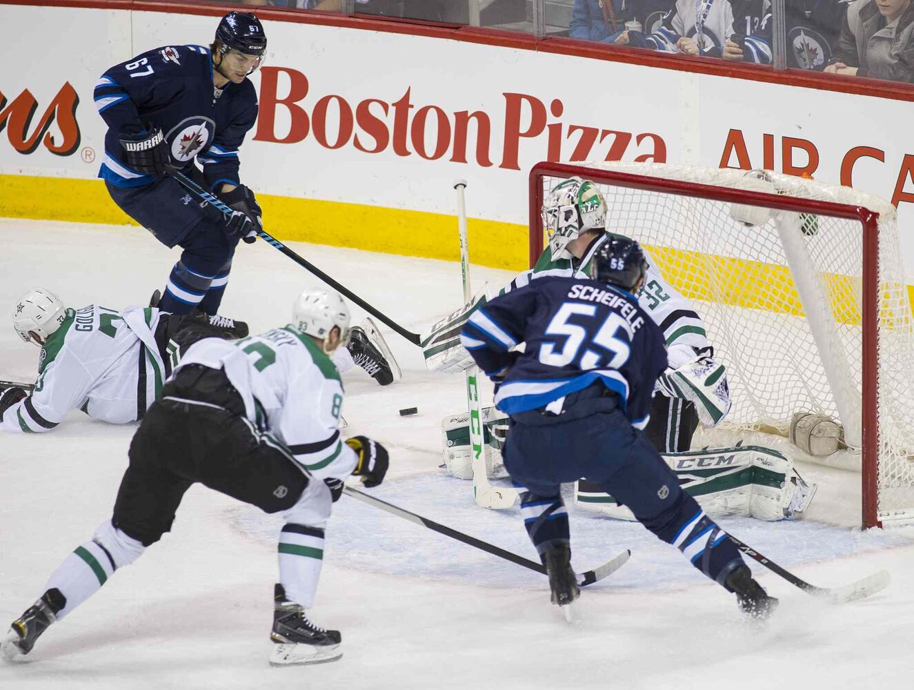 Dallas Stars goaltender Kari Lehtonen (#32) looks for the Winnipeg Jets' shot during first period. ( DAVID LIPNOWSKI / WINNIPEG FREE PRESS)