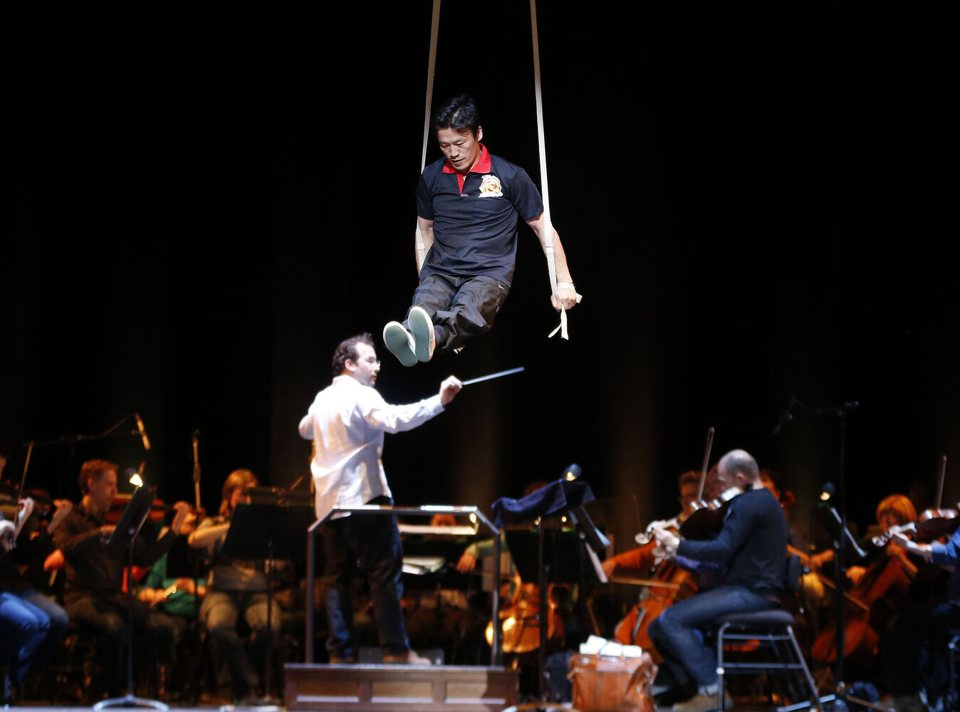 Winnipeg Symphony Orchestra's resident conductor directs the orchestra as the troupe performs a preview of their evening show. (KEN GIGLIOTTI / WINNIPEG FREE PRESS)