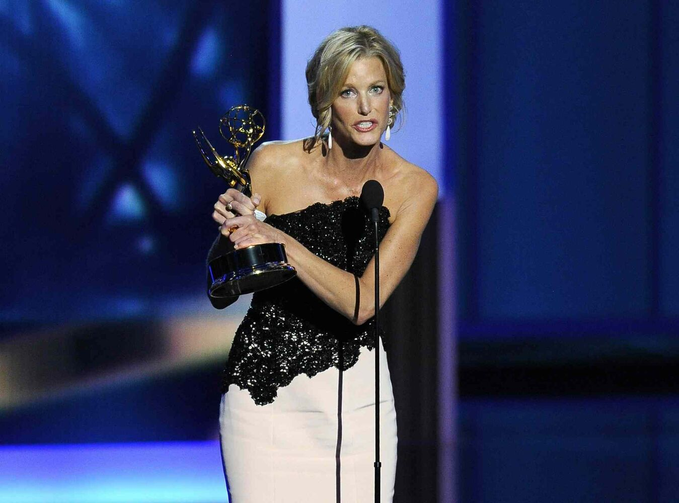 Anna Gunn accepts the award for outstanding supporting actress in a drama series for her role on Breaking Bad. (CP)