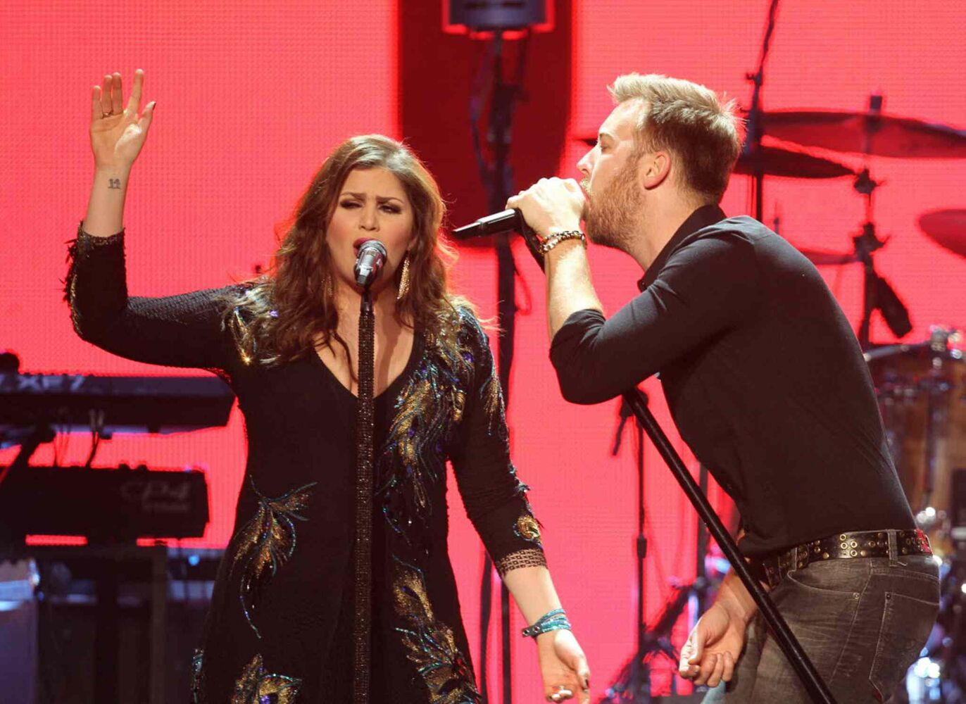 Lady Antebellum lead singers Charles Kelley and Hillary Scott belt it out.  (Ruth Bonneville / Winnipeg Free Press)