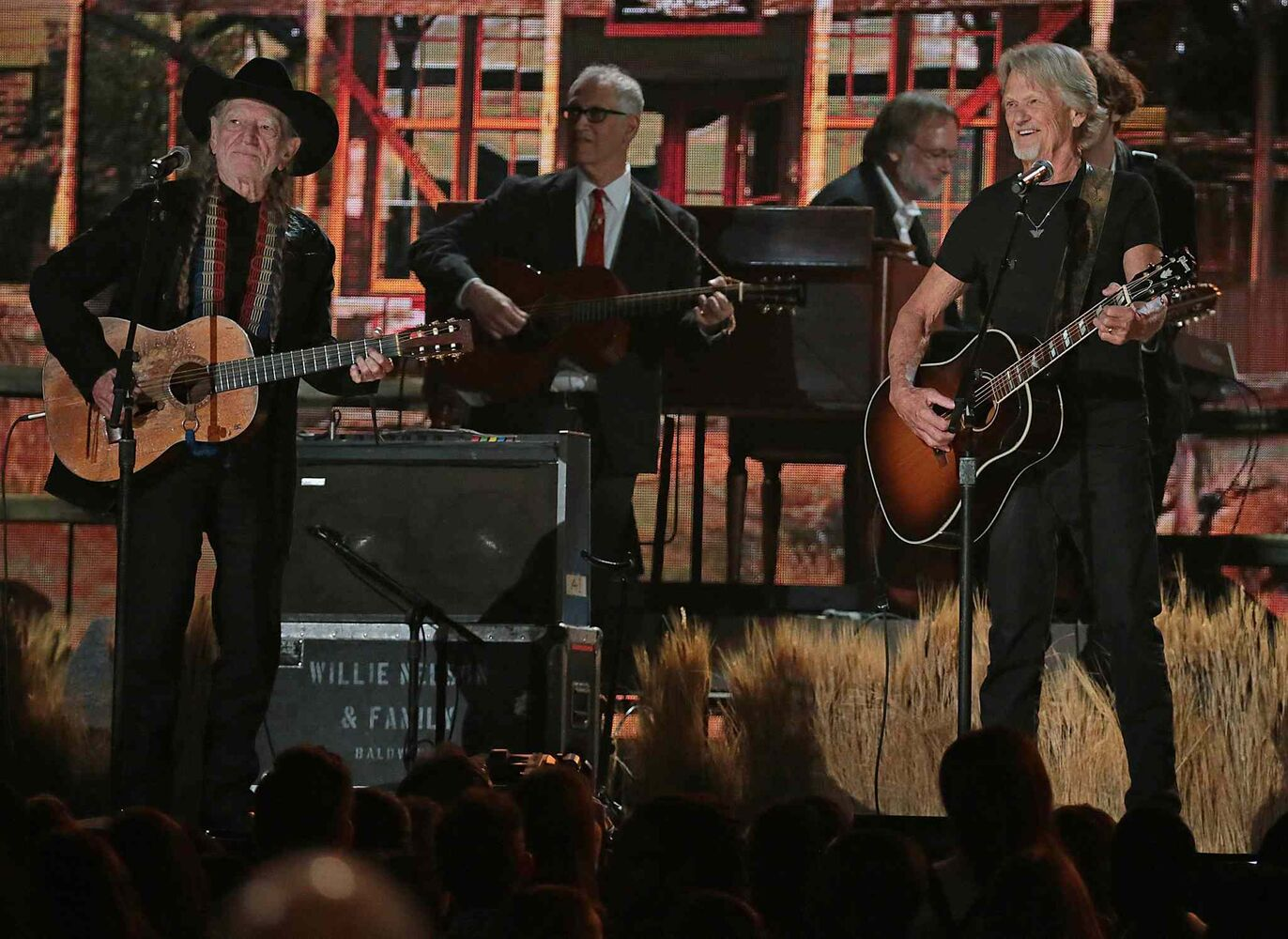 Willie Nelson and Kris Kristofferson perform. (Robert Gauthier / Los Angeles Times / MCT)