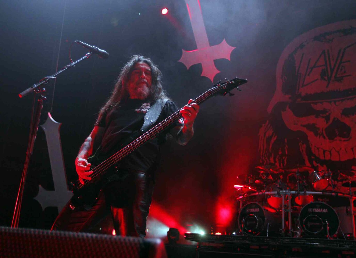 Vocalist/bassist Tom Araya delivers a riff.