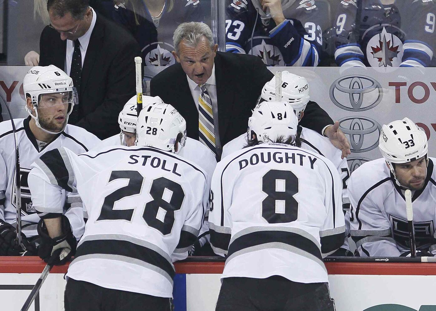 Los Angeles Kings' head coach Darryl Sutter talks to his team during the first period. (JOHN WOODS / THE CANADIAN PRESS)