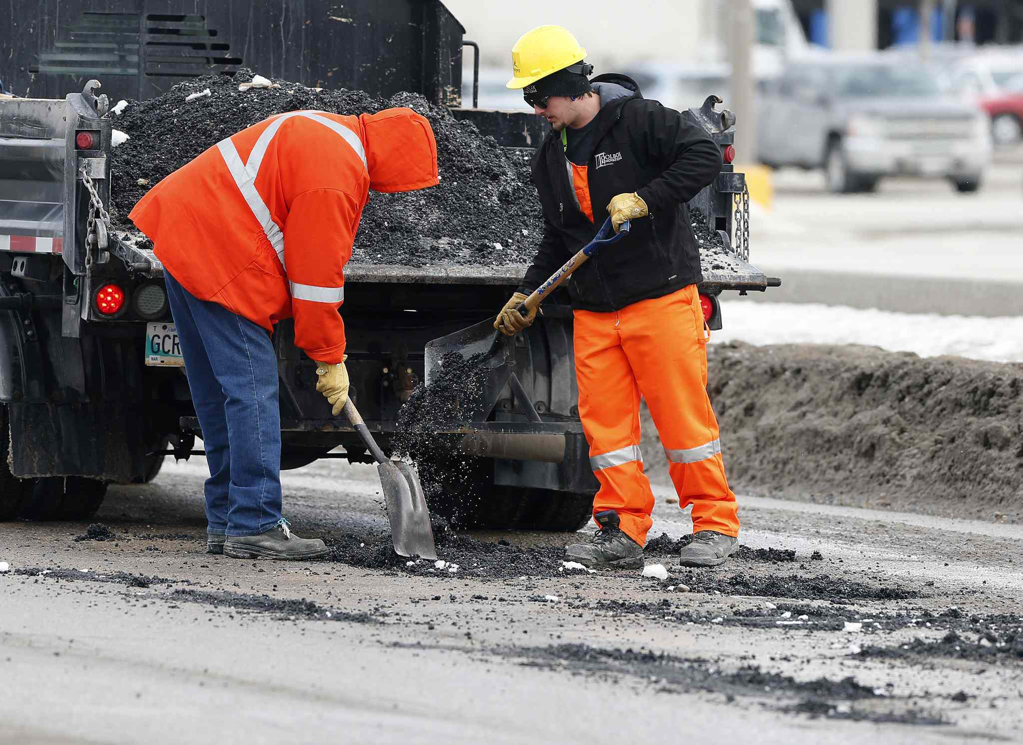 The Manitoba Heavy Construction Association wants mayoral candidates to think about infrastructure issues, such as potholes.