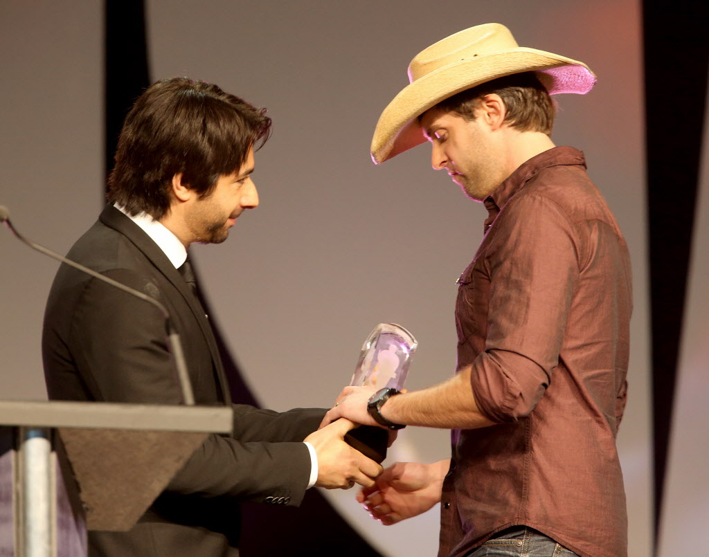 Host Jian Ghomeshi presents the first award to Dean Brody for Country Album of the Year. (TREVOR HAGAN / WINNIPEG FREE PRESS)