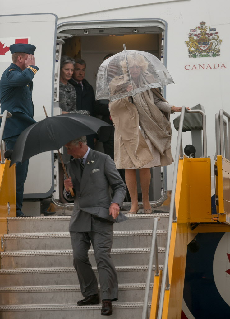 Prince Charles and Camilla, Duchess of Cornwall, arrive on the wet and windy tarmac at CFB Winnipeg Tuesday evening. The royal couple will visit Winnipeg for 27 hours.  (Melissa Tait / Winnipeg Free Press)