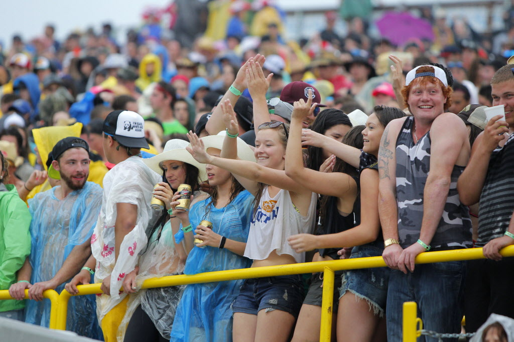 Fans shake off the wet weather and are all smiles later Friday evening. (BORIS MINKEVICH / WINNIPEG FREE PRESS)