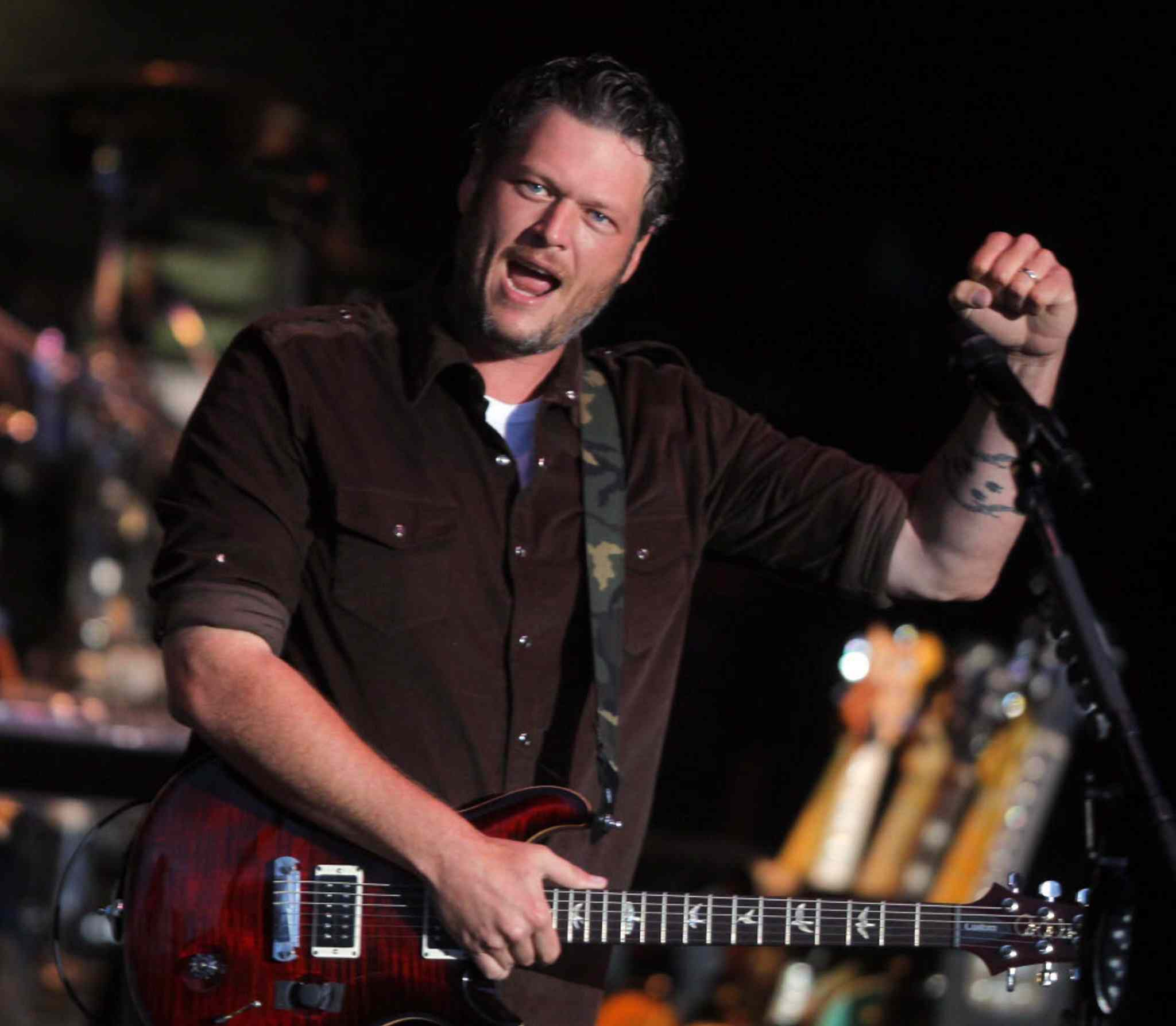 Blake Shelton gives the Countryfest crowd what they like.