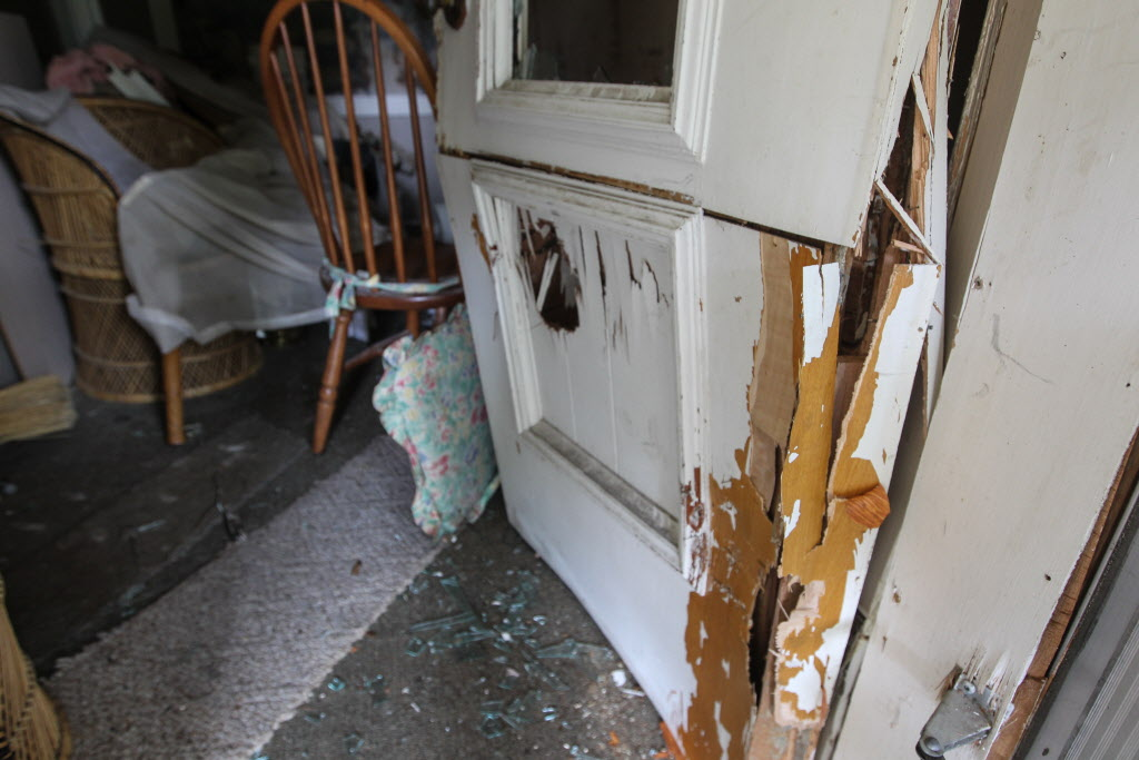 The front door of the Stella Ave. house.  (MIKE DEAL / WINNIPEG FREE PRESS)