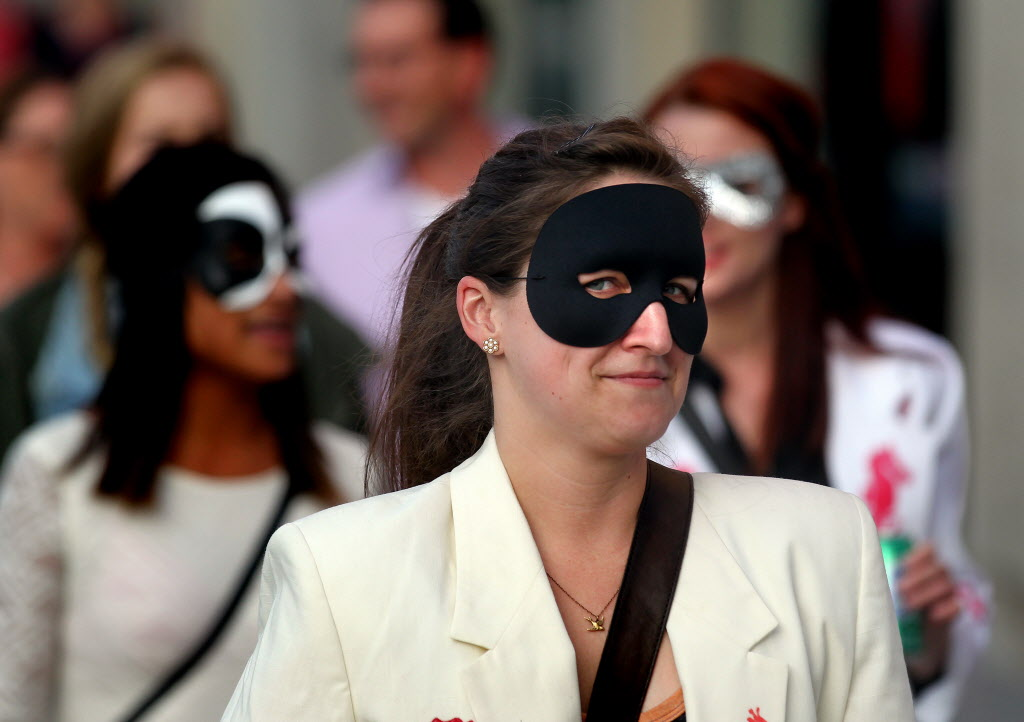 Fans donning masks arrive at MTS Centre.  (Phil Hossack / Winnipeg Free Press)