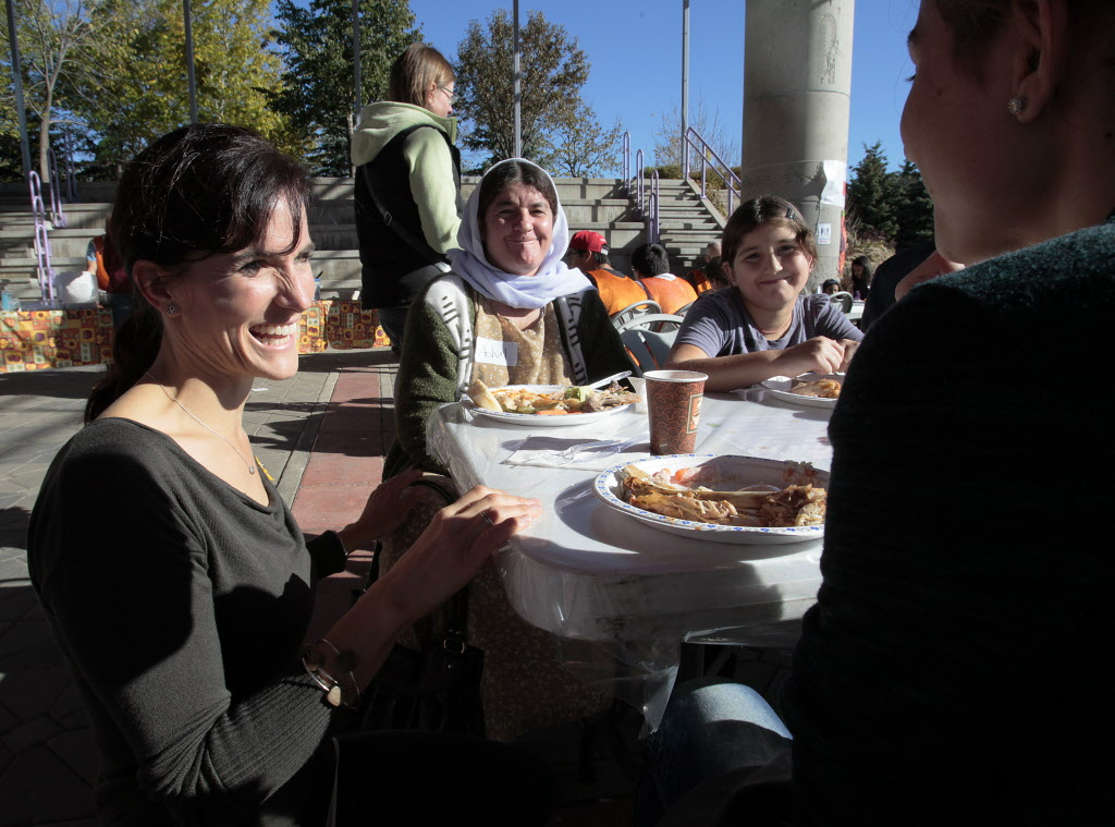 Lorelle Perry, Director of Kidbridge, talks to newcomers during a KidBridge Thanksgiving feast.  (John Woods / Winnipeg Free Press)