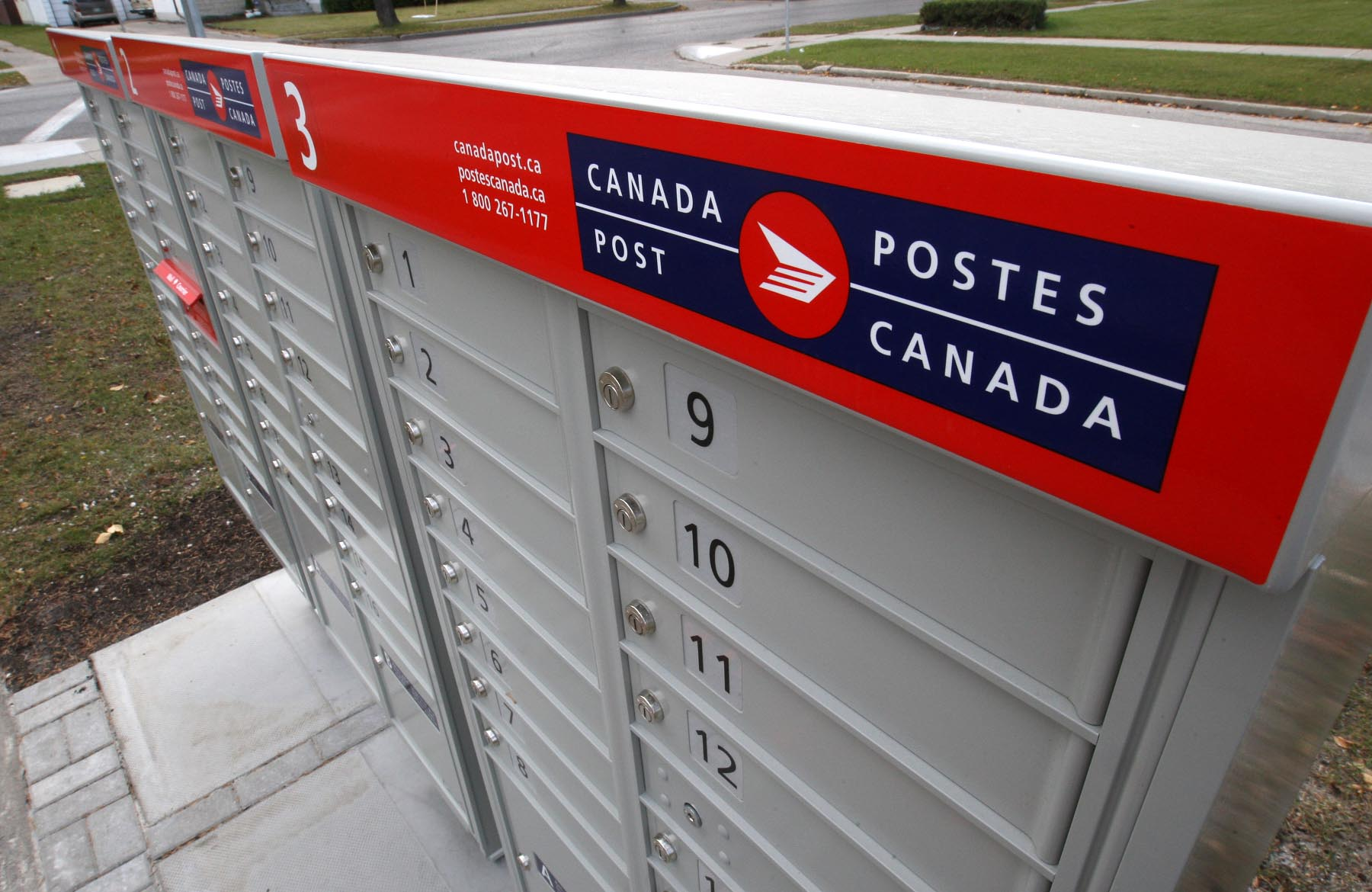 A Kansas company has won the contract for Canada Post's community mailboxes.