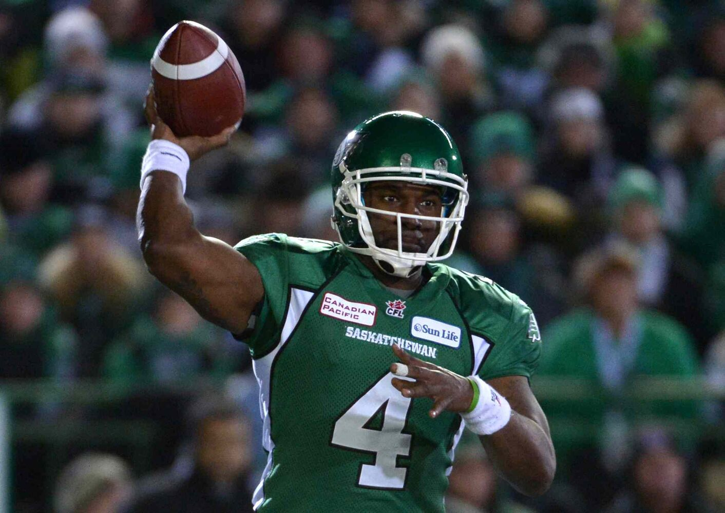 Saskatchewan Roughriders quarterback Darian Durant fires a pass during the first quarter. (Jonathan Hayward / The Canadian Press)
