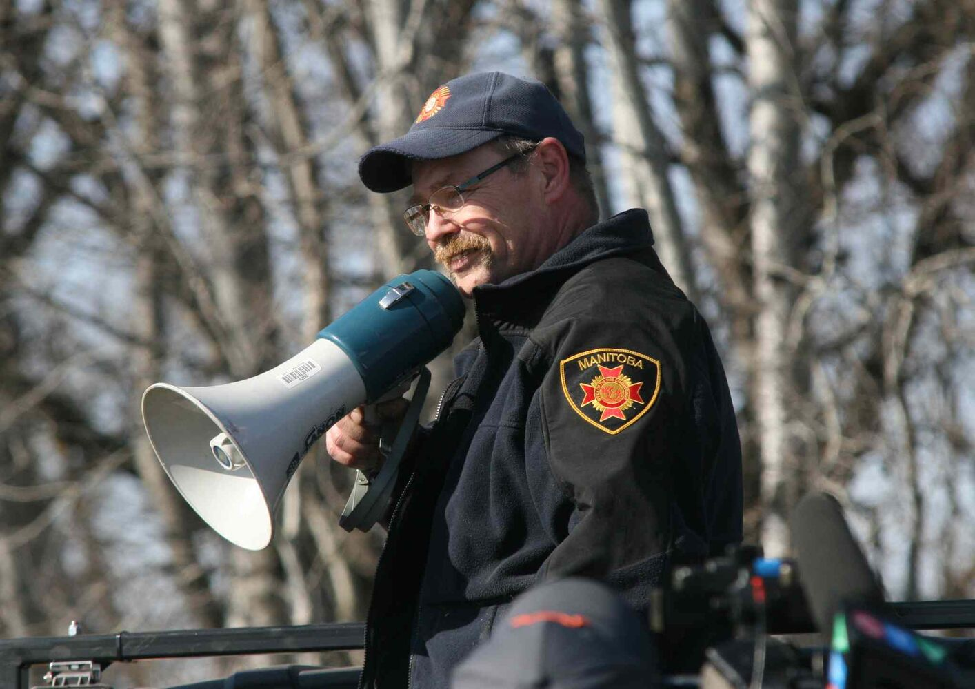 Brandon Sun An official with the Manitoba Office of the Fire Commissioner gives instructions to relief volunteers. (Matt Goerzen/Brandon Sun)