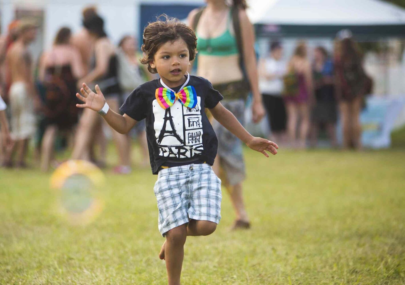 Efram Loewen Becker, 4, catches bubbles at the Winnipeg Folk Festival in Birds Hill Park on Friday, July 10, 2015.   Mikaela MacKenzie / Winnipeg Free Press (Winnipeg Free Press)