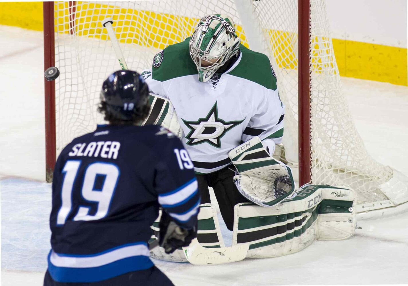 Dallas Stars goaltender Kari Lehtonen (#32) blocks a first-period shot from Winnipeg Jets Jim Slater (#19). (DAVID LIPNOWSKI / WINNIPEG FREE PRESS)