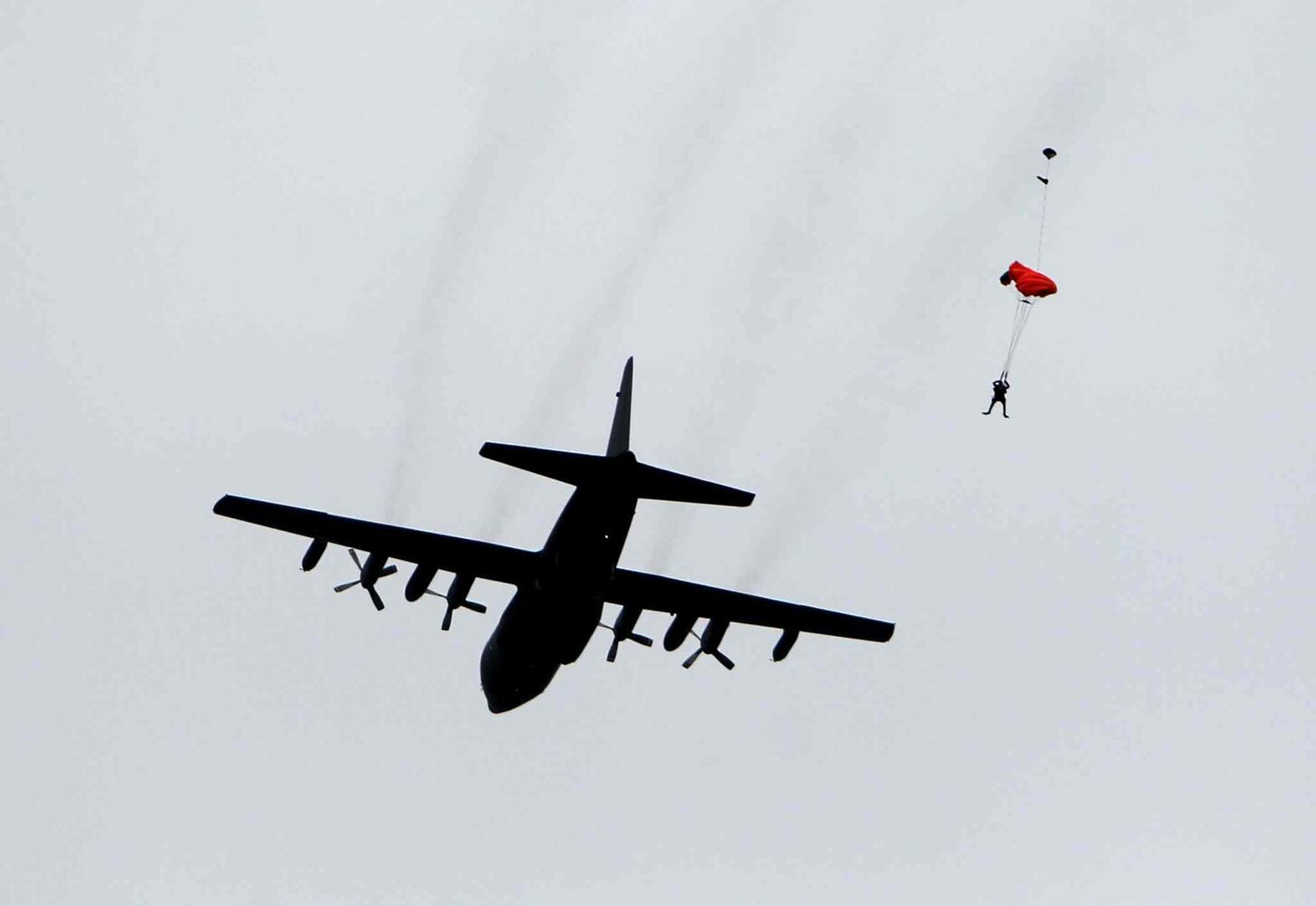 A SAR tech parachutes from a Canadian Forces Hercules aircraft over Lake Winnipeg. (Ruth Bonneville / Winnipeg Free Press)