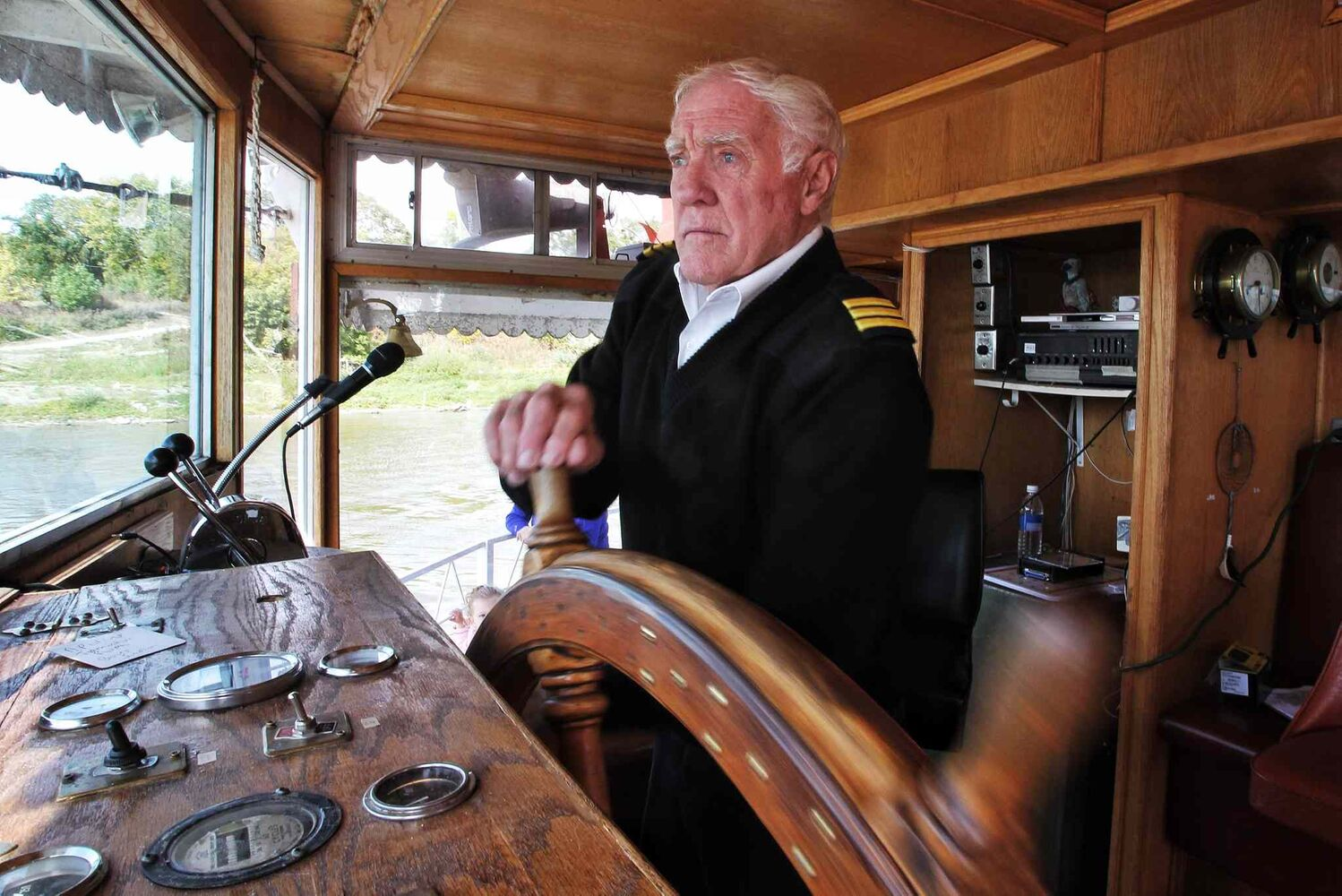 First Mate Glyn Thomas pilots the Paddlewheel Queen as it cruised the Red River for the last time this year.  (Mike Deal / Winnipeg Free Press)
