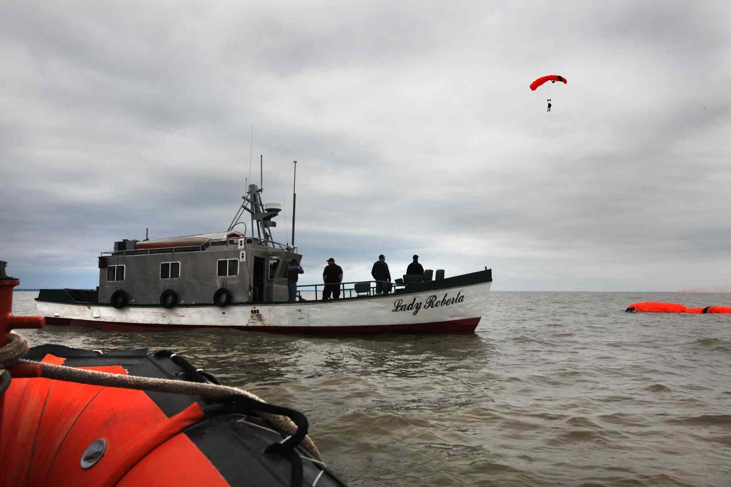 A second SAR tech approaches the boat and the water. (Ruth Bonneville / Winnipeg Free Press)