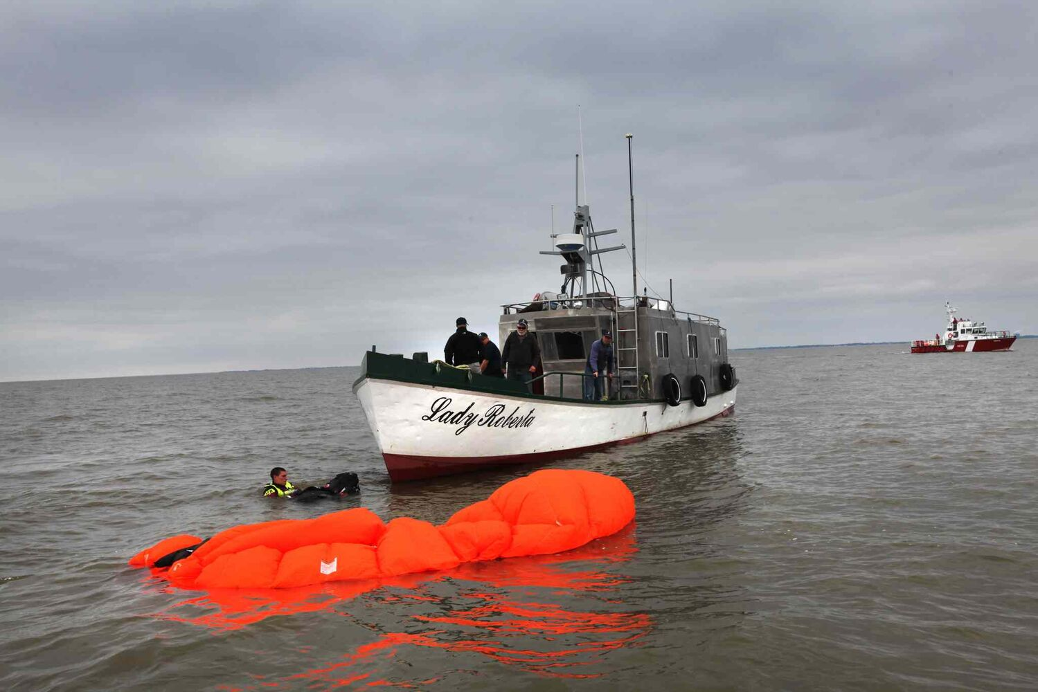 SAR techs prepare to board the Lady Roberta. (Ruth Bonneville / Winnipeg Free Press)
