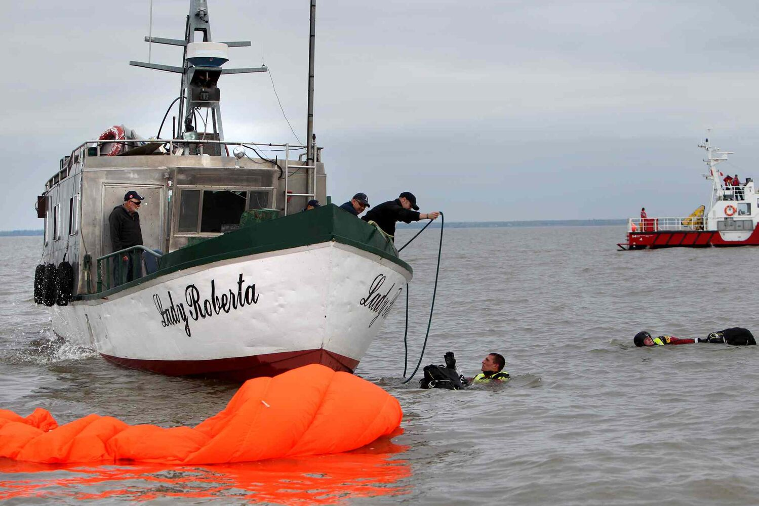 SAR techs get help from the Lady Roberta's 'crew.' (Ruth Bonneville / Winnipeg Free Press)