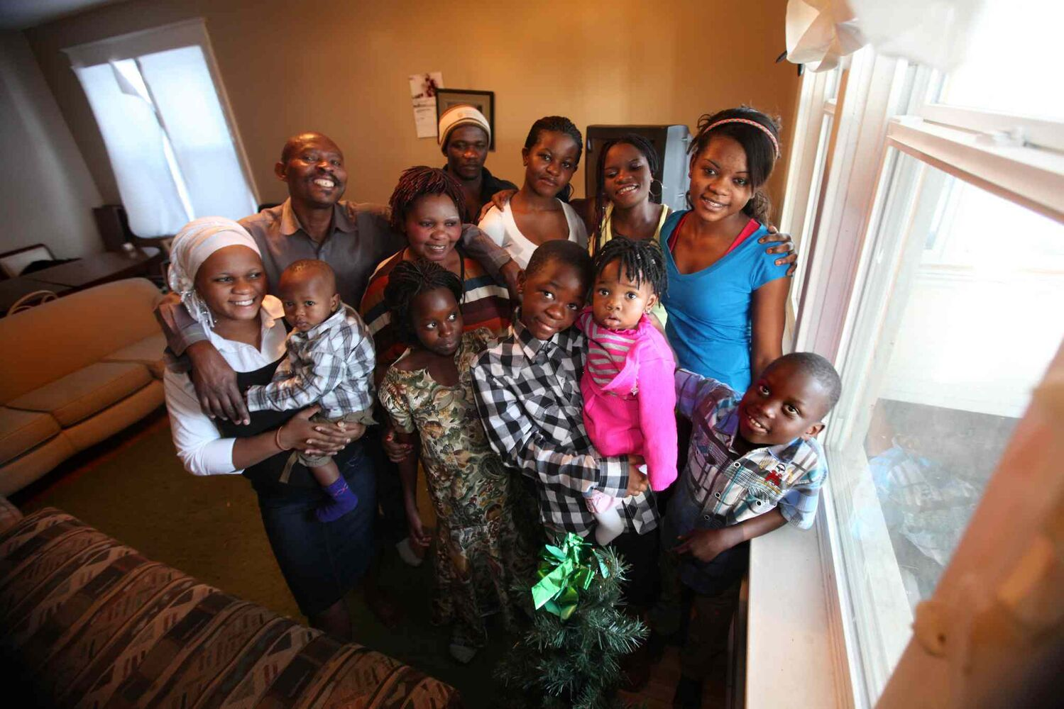A family of 12 Congolese refugees who arrived in Winnipeg, Dec. 10, 2013. ( Ruth Bonneville / Winnipeg Free Press)