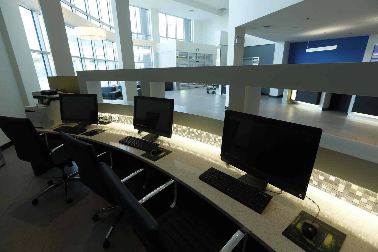 The business centre in the lobby. (KEN GIGLIOTTI / WINNIPEG FREE PRESS)