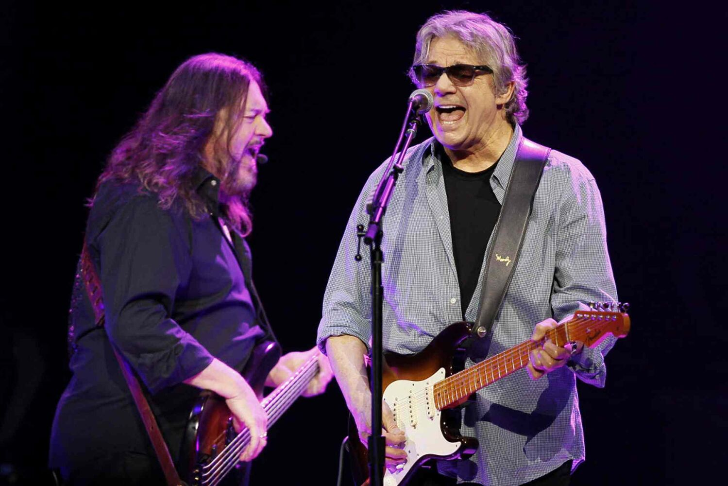 Steve and Kenny belt it out to an enthusiastic crowd.  (Winnipeg Free Press)
