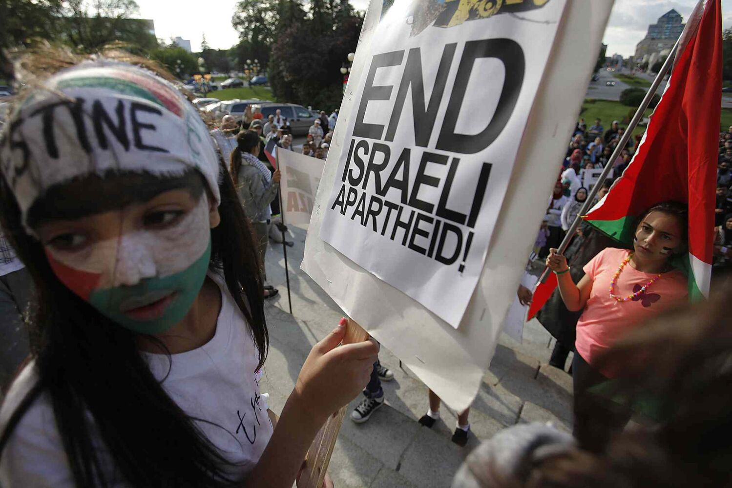 Palestinian supporters hold a peaceful rally at the Manitoba Legislature. (John Woods / Winnipeg Free Press)