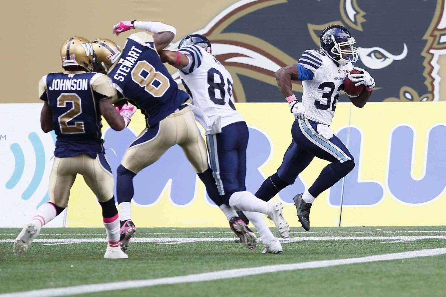 Toronto Argonauts' Andre Durie (32) runs in a touchdown during the first half. (JOHN WOODS / THE CANADIAN PRESS)