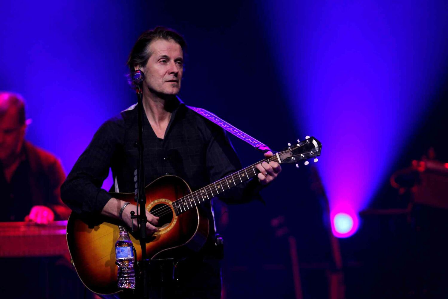 Blue Rodeo's Thursday night performance at Winnipeg's MTS Centre was a mellow, laid-back evening of music. (Boris Minkevich / Winnipeg Free Press)