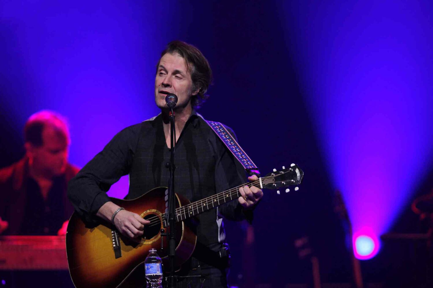 Jim Cuddy croons to Winnipeg's MTS Centre crowd Thursday night. (Boris Minkevich / Winnipeg Free Press)