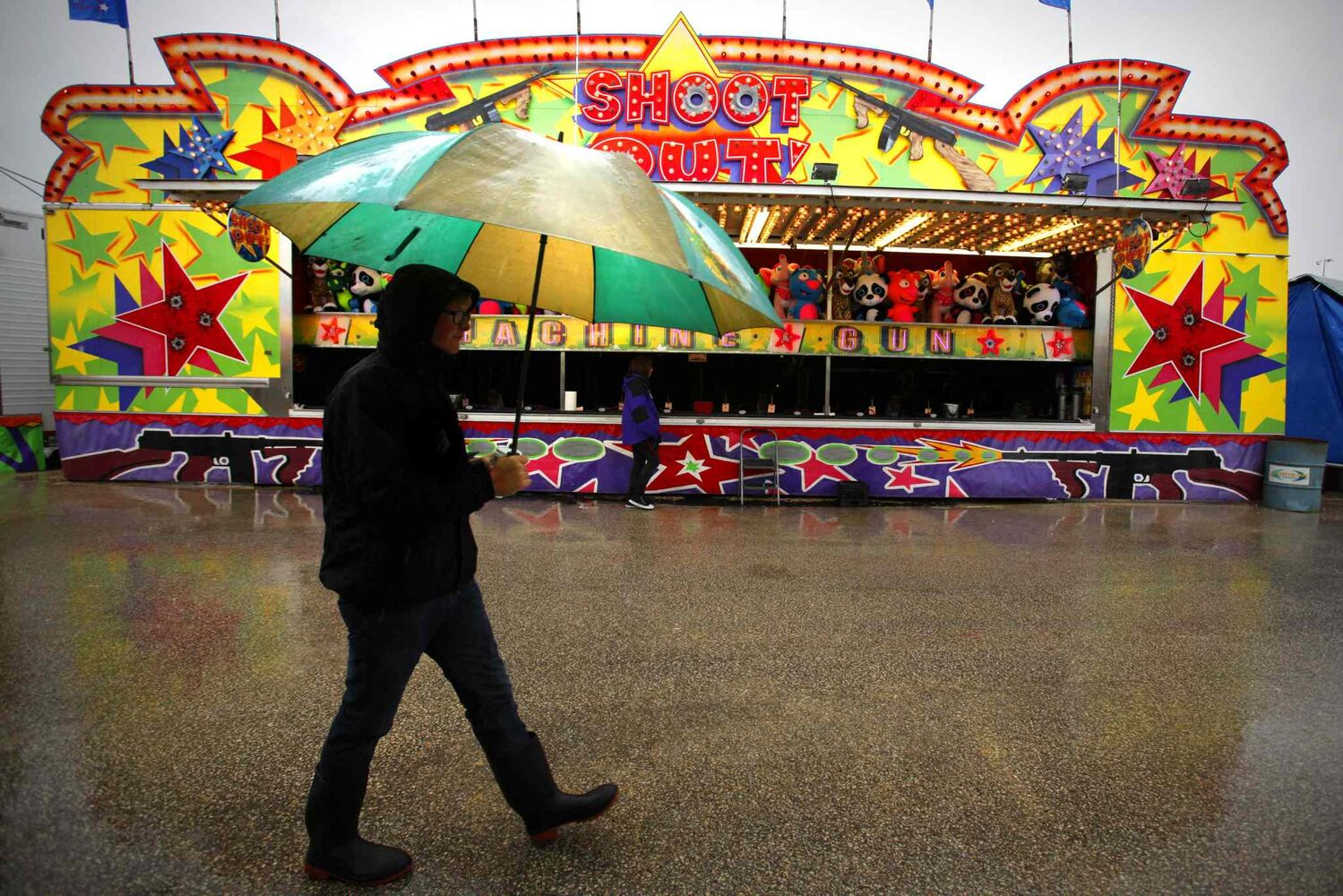 Heavy rain kept dense crowds from The Red River Ex on Sunday. (John Woods / Winnipeg Free Press)