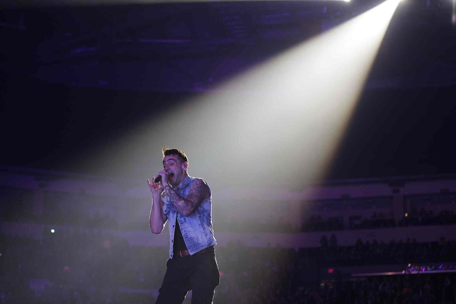 Thousands of pairs of eyes are on Jacob Hoggard the lead singer croons to the crowd during Hedley's Winnipeg show. (John Woods / Winnipeg Free Press)