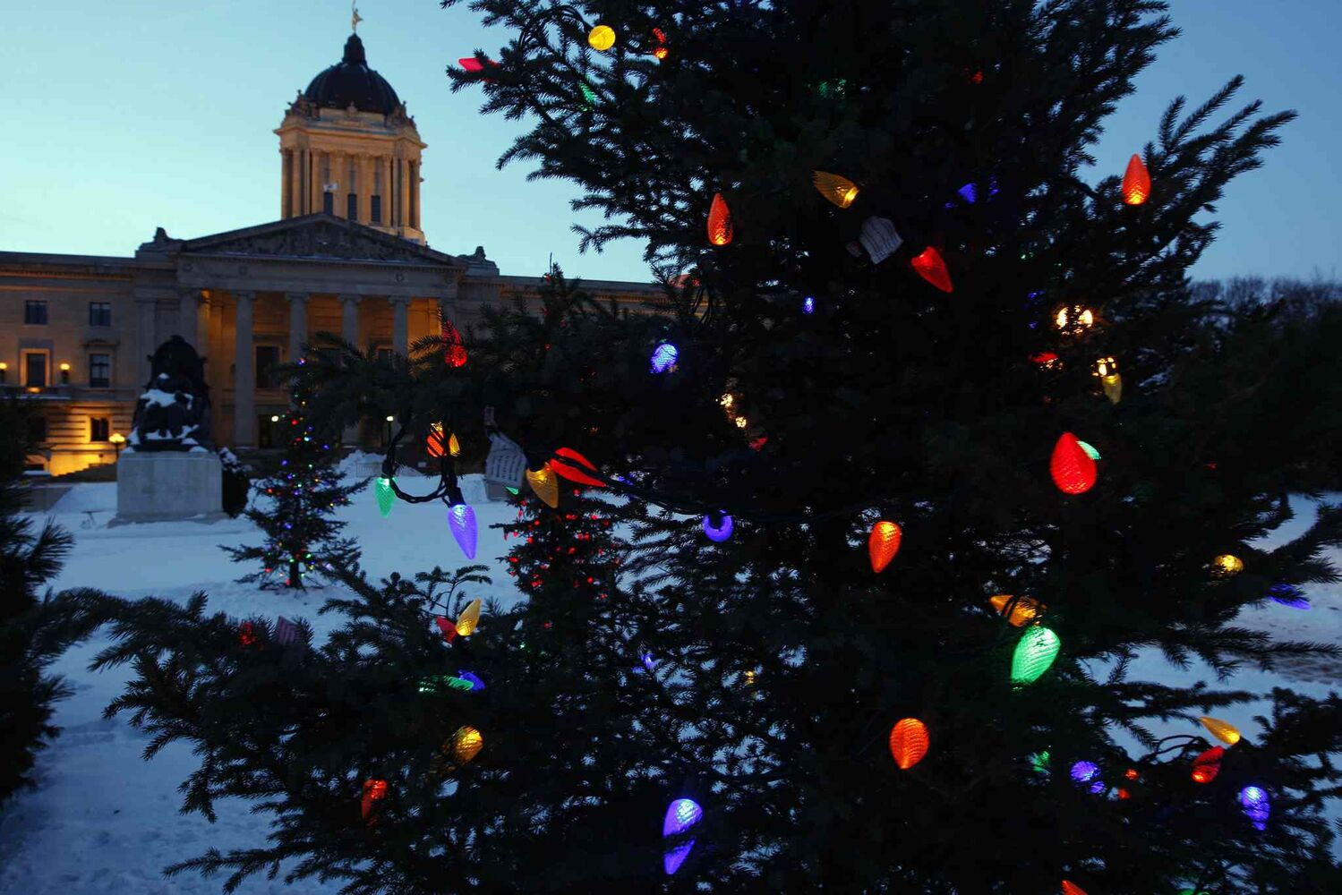 The legislature glows at Christmas. (Ken Gigliotti / Winnipeg Free Press archives)