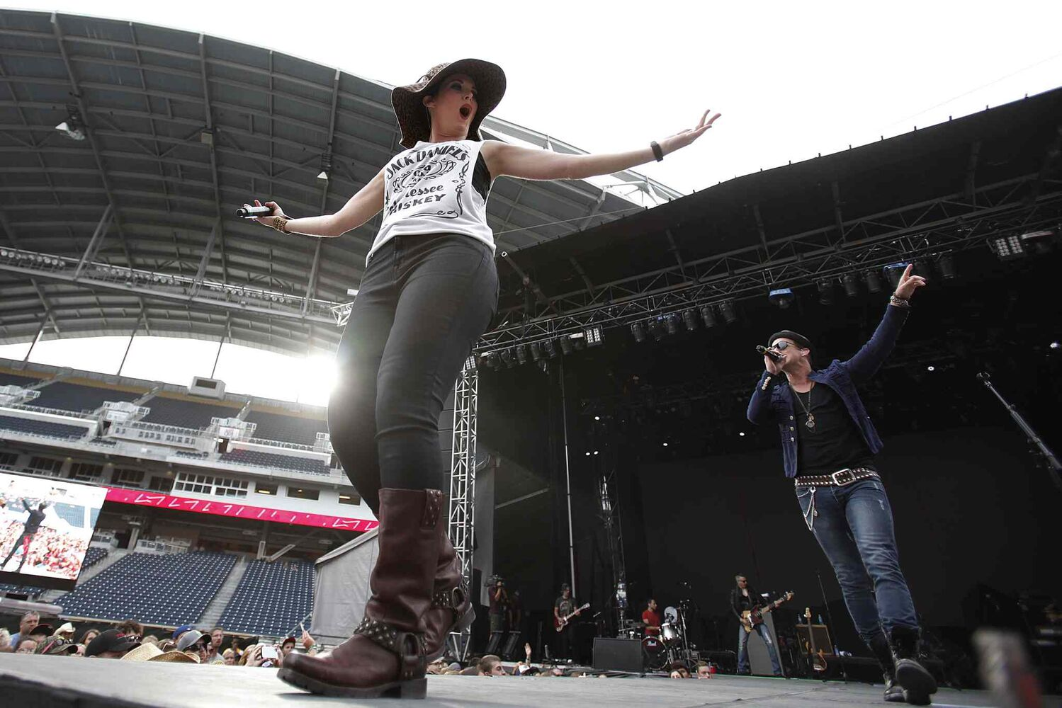 Thompson Square performs at Prairie Jam. (JOHN WOODS / WINNIPEG FREE PRESS)