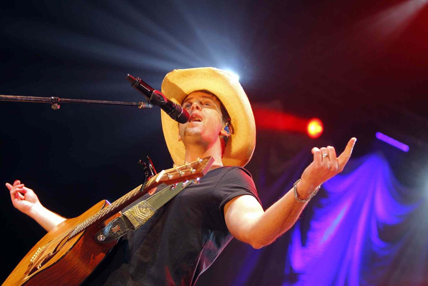 Canadian country music star Dean Brody, a seven-time Canadian Country Music Award winner, put on a show for Winnipeg fans at MTS Centre Wednesday. (Boris Minkevich / Winnipeg Free Press)