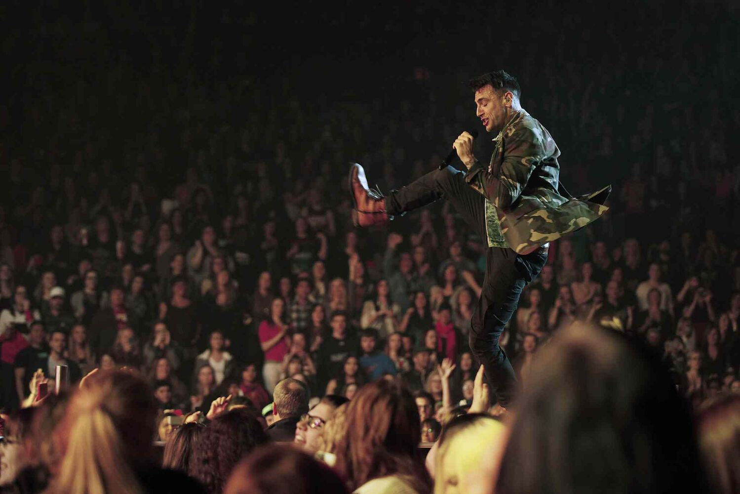 Hedley lead singer Jacob Hoggard gives a high-energy performance at the MTS Centre Tuesday. (John Woods / Winnipeg Free Press)