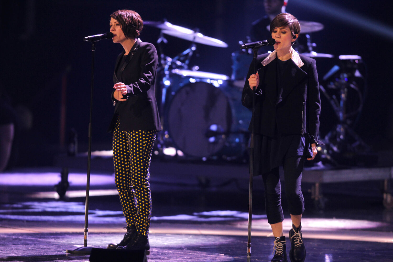 Tegan and Sara rehearse at the MTS Centre Friday prior to their scheduled Juno performance. (Boris Minkevich / Winnipeg Free Press)