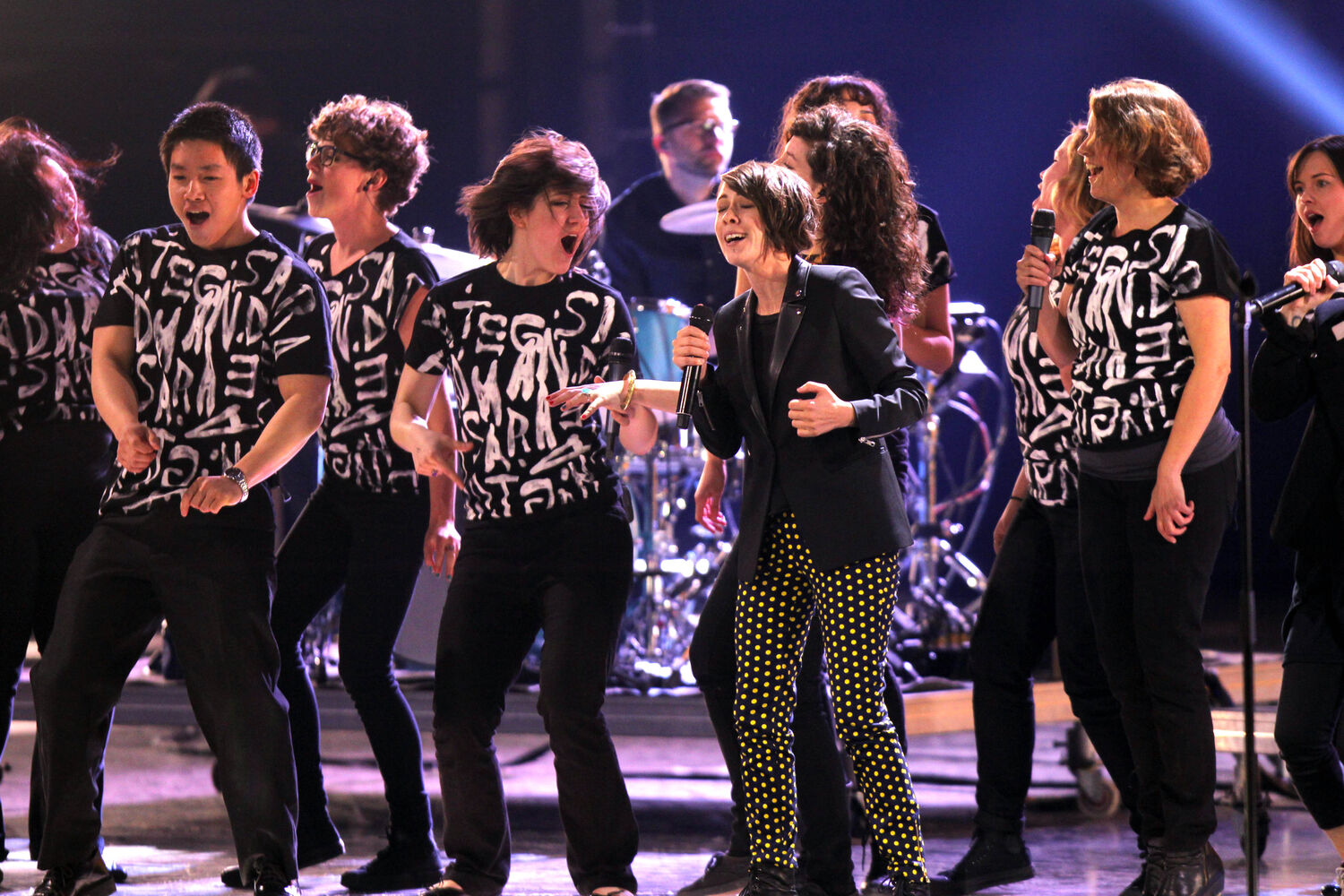 Tegan and Sara rehearse with back-up singers at the MTS Centre Friday. (Boris Minkevich / Winnipeg Free Press)