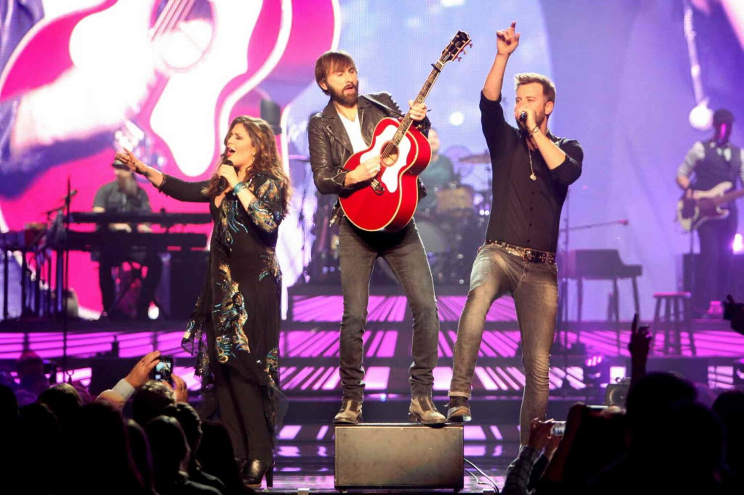 The pop-country trio croons to the crowd at the MTS Centre.  (Ruth Bonneville / Winnipeg Free Press)