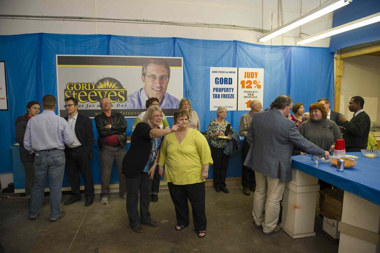 Supporters at campaign headquarters for mayoral candidate Gord Steeves. (DAVID LIPNOWSKI / WINNIPEG FREE PRESS)