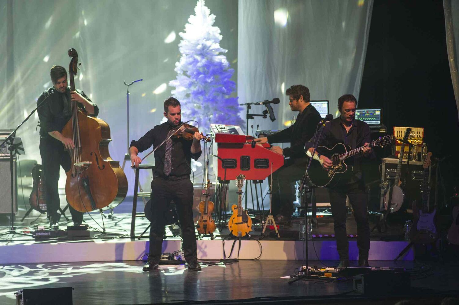 The band plays on during the Johnny Reid concert. (DAVID LIPNOWSKI / WINNIPEG FREE PRESS)