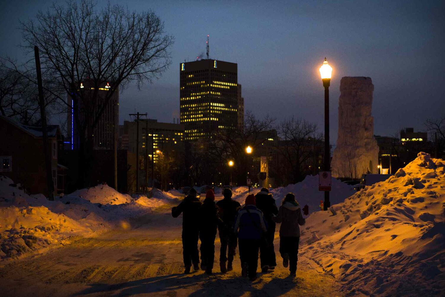 Festival-goers leave the park Saturday evening.  (David Lipnowski / Winnipeg Free Press)